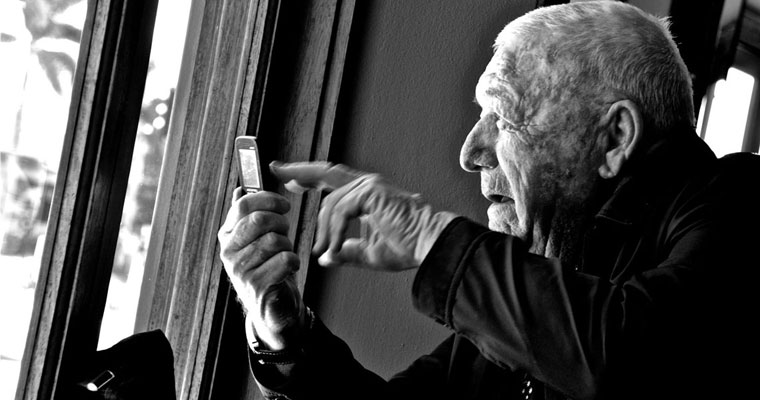 P-communication-older-man-with-mobile-phone
